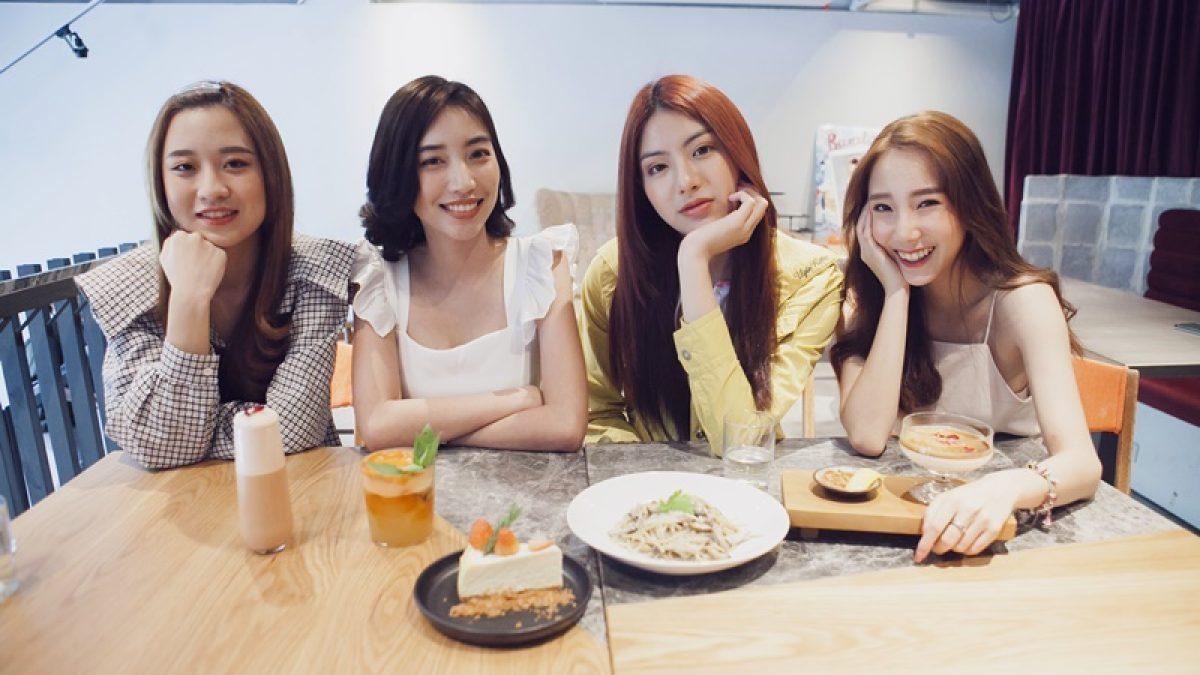 """4 สาวแคมปัสสตาร์พานั่งร้านชิคๆ เก๋ๆ ย่านประดิพัทธ์ที่ร้าน """"Perfect Strangers"""""""